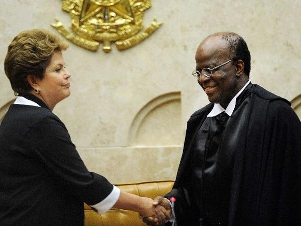 La presidenta Dilma Rousseff congratula al nuevo titular del Tribunal Supremo, Joaquim Barbosa. | AFP