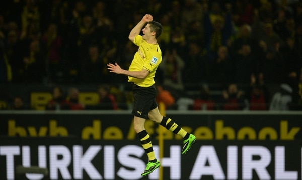 El delantero polaco Robert Lewandowski celebra uno de sus tres goles que anotó este viernes para el Borussia Dortmund ante el Stuttgart.