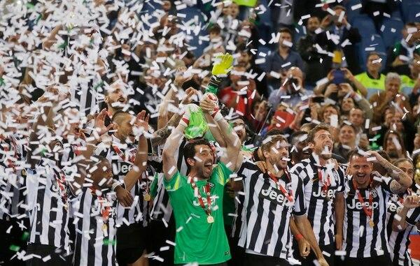 El portero y capitán de la Juventus, Gianluigi Buffon, levanta la Copa de campeón.