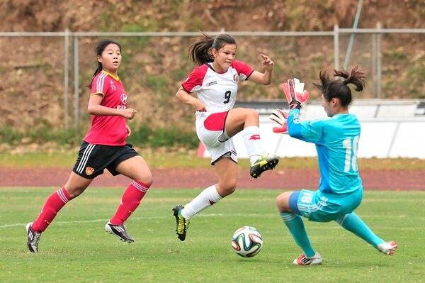 Sofía Varela mostró su olfato de gol, pero no estuvo fina en el último tramo. Falló cuatro opciones ante la portería de China. Aquí no concretó ante la portera Peng Shimeng (18) y la capitana asiática, Yugiu Fan.   ALEXÁNDER OTÁROLA