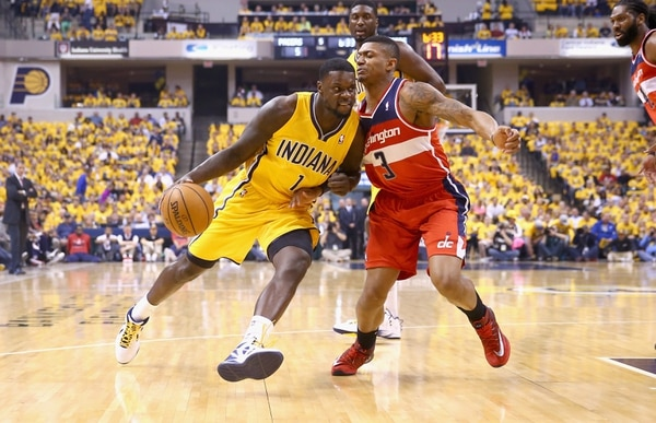 Bradley Beal (3), jugador de los Wizards de Washington, marca a Lance Stephenson, de los Pacers de Indiana, durante el partido de este lunes en Indianápolis.