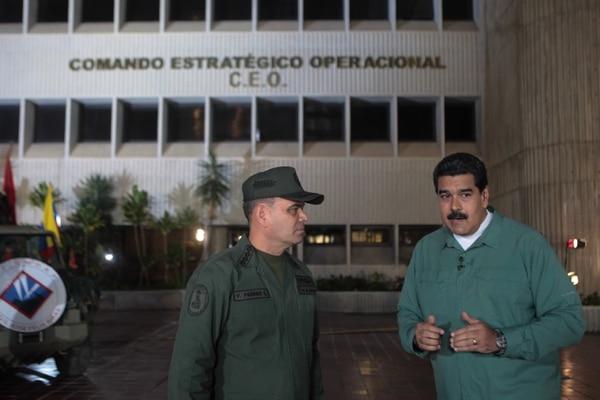 El presidente de Venezuela, Nicolás Maduro (der.), acompañado por el ministro de defensa General Vladimir Padrino (izq.), quien participó en su programa semanal de televisión 'En Contacto con Maduro' en la ciudad de Caracas (Venezuela).