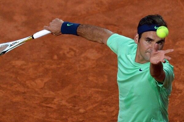 Roger Federer saca ante Benoit Paire hoy sábado en Roma. / AFP