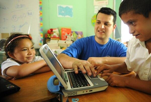 Los expertos sugieren acompañar a los menores cuando realizan su navegación en Internet.