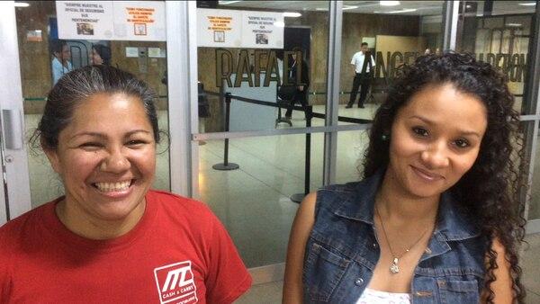 La madre de Gerardo Cruz, Ana Patricia Barquero (derecha) y la esposa del joven, Karol Zúñiga (izquierda), contaron que Gerardo ya abrió los ojos y se encuentra muy bien de salud. Hablaron con La Nación la noche de este miércoles luego de la visita en el hospital Calderón Guardia.