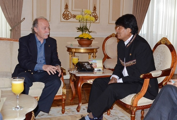 El presidente boliviano, Evo Morales (derecha), se reunió el viernes con el abogado de la causa marítima contra Chile ante la CIJ de La Haya, el español Antonio Remiro, en el palacio de Gobierno en La Paz.