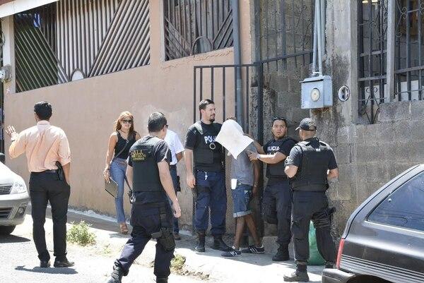 Momento en que autoridades judiciales capturan al sospechoso en la urbanización Brasilia, Alajuela, poco después del mediodía.