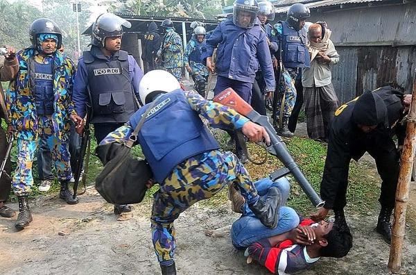 En la imagen policías intentan detener a grupo de manifestantes en las afueras de uno de los centros de votación.