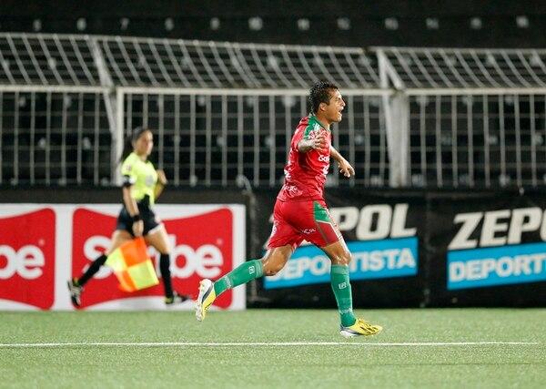 El chapín Ángelo Padilla celebra su gol ante los brumosos luego de una jugada controversial donde la línea Kimberly Moreira marcó fuera de lugar y luego se arrepintió. Carmelita enfrentará a la UCR el domingo. | RAFAEL PACHECO