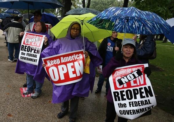 Un grupo de manifestantes expresó ayer, frente al Capitolio, su presión para urgir a los legisladores y al gobierno a lograr un acuerdo que ponga fin al cierre parcial de la Administración. | AP