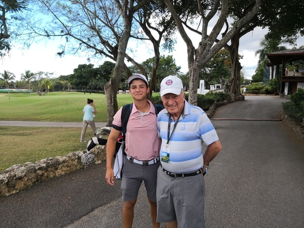 El golfista Julián González junto a su abuelo Mario Pérez en el LAAC 2019. FOTO: Steven Oviedo