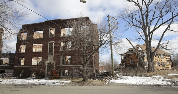 Fotografía de archivo de marzo pasado de un edificio despojado de materiales valiosos en Belleterre, en Detroit, Michigan (EE. UU.). La ciudad solicitó ayer la mayor bancarrota municipal de la historia estadounidense, incapaz de mantener una década de deuda creciente y población menguante.