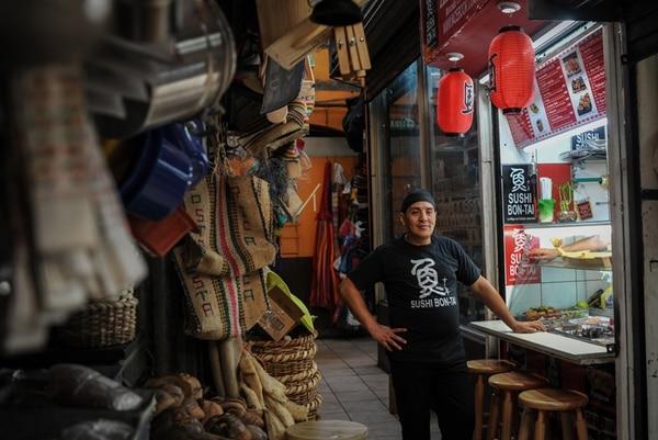 Jonathan Alvarado, el chef de Bon Tai, acumula 15 años de trabajar en restaurantes de sushi.