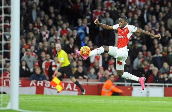 Joel Campbell intenta controlar el balón en el partido del Arsenal ante el Tottenham Hotspur.