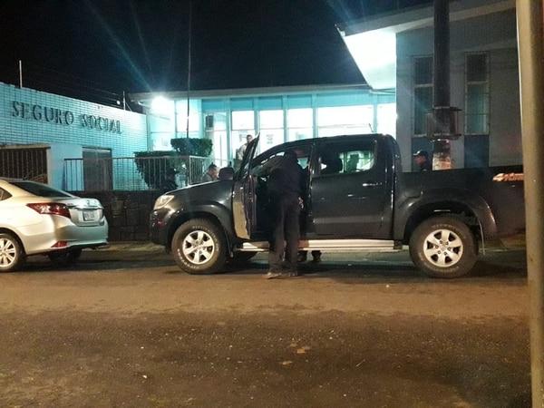 Agentes del Organismo de Investigación Judicial (OIJ) llegaron a la clínica de Paraíso de Cartago para iniciar con las pesquisas. Foto: Keyna Calderón