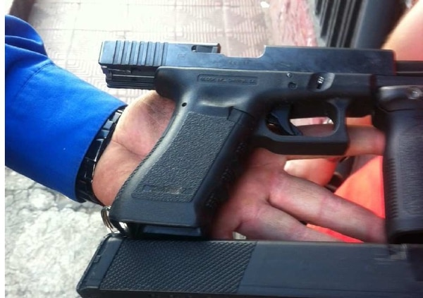 Esta pistola de doble empuñadura, marca Glock, era usada por el menor mientras desarrollaba el ilícito negocio de drogas en Hatillo.