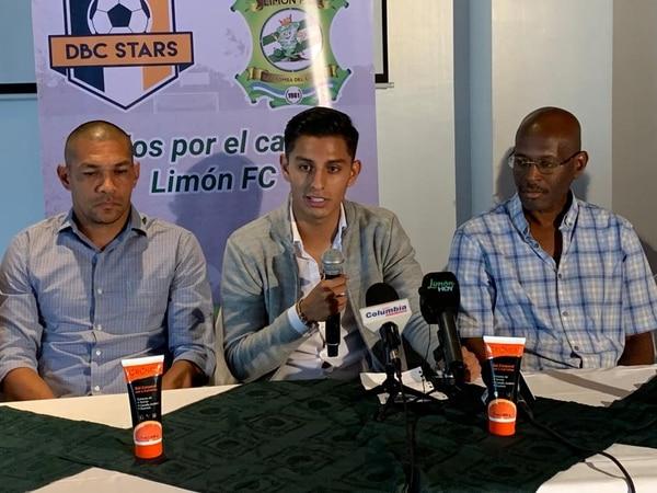 Diego Camarillo (centro) se presentó este viernes como miembro de la empresa DBC Stars. Junto a él, Reynaldo Parks y el exdueño del cuadro caribeño Carlos Pascal (derecha). Fotografía: Juan Diego Villarreal