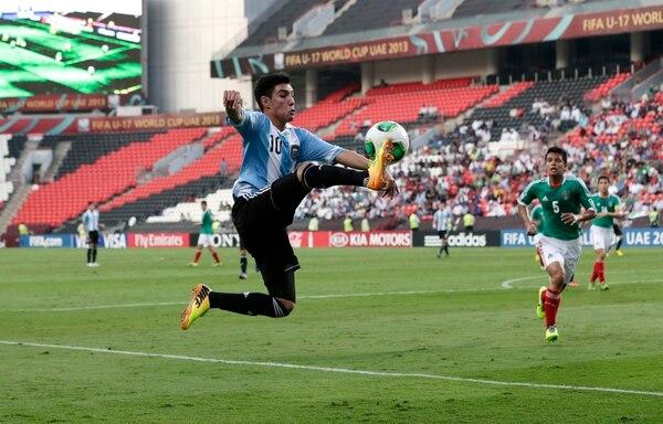 El argentino Leonardo Suárez (19) controla el balón ante la inminente marca del mexicano Osvaldo Rodríguez durante el partido del Mundial Sub-17 que se jugó este martes en el estadio Mohammad Bin Zayed de Abu Dabi.
