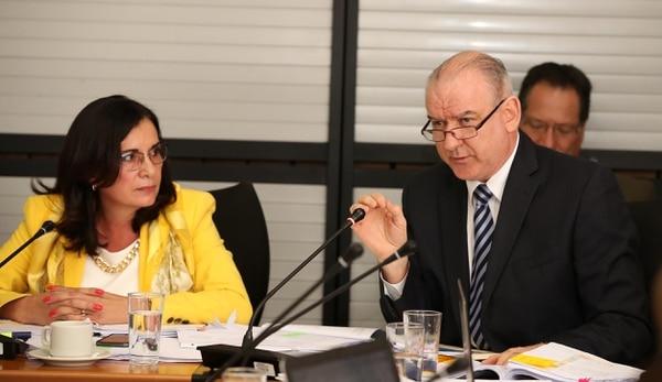 Marietta Herrera y Juan Carlos Corrales Salas, directora jurídica y gerente general del Banco Nacional comparecieron ante la comisión investigadora. Foto: Graciela Solis