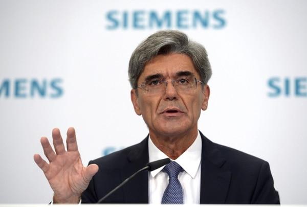 Foto de archivo tomada el 6 de noviembre de 2014 del presidente de Siemens, Joe Kaeser, durante una rueda de prensa en Berlín (Alemania). El grupo tecnológico alemán Siemens informó hoy, viernes 6 de febrero de 2015 de que recortará 7.800 empleos en todo el mundo, 3.300 de ellos en Alemania, para ahorrar 1.000 millones de euros hasta 2016.