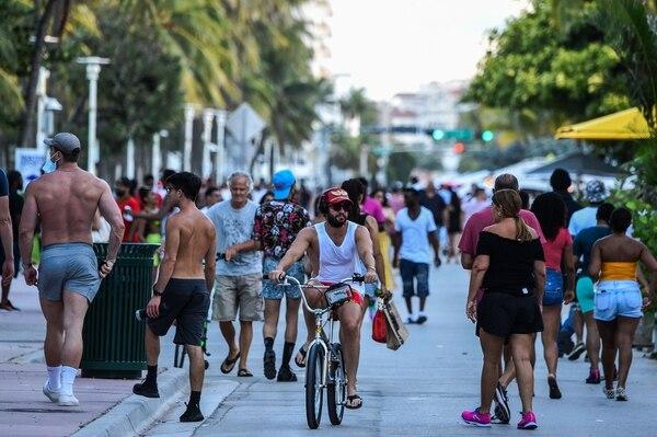Un hombre aprovechó el buen tiempo para pedalear, el viernes 26 de junio del 2020, por Miami Beach, Florida.