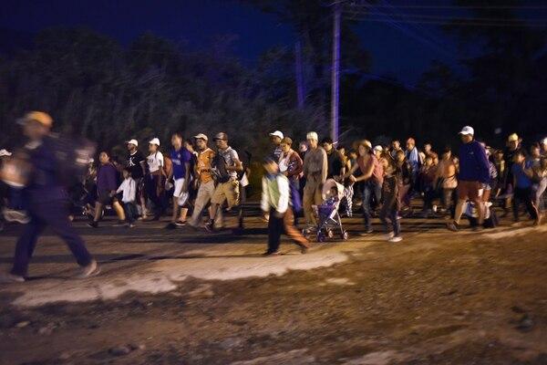 En la madrugada de este miércoles 24 de octubre del 2018, migrantes hondureños caminaban en Huixtla, Chiapas, rumbo a la frontera de México con Estados Unidos.