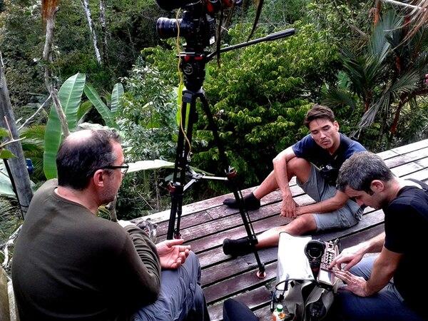Acción. En la finca La Ceiba, en Manzanillo, y en Tárcoles, el equipo de Faut pas rêver filmó escenas claves del programa. En la foto aparece Bertrand Edel (director), Tim Janssen (camarógrafo) y Damien Turpin (sonido). Gustavo Morales/LN
