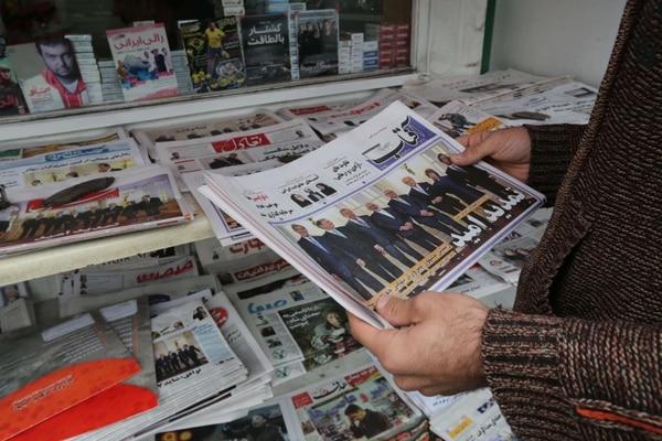 Un hombre iraní mira a los periódicos que aparecen fuera de un quiosco de la capital, Teherán, un día después de que Irán y potencias mundiales, anunciaran que las conversaciones sobre un acuerdo nuclear completo habían sido concluyentes.