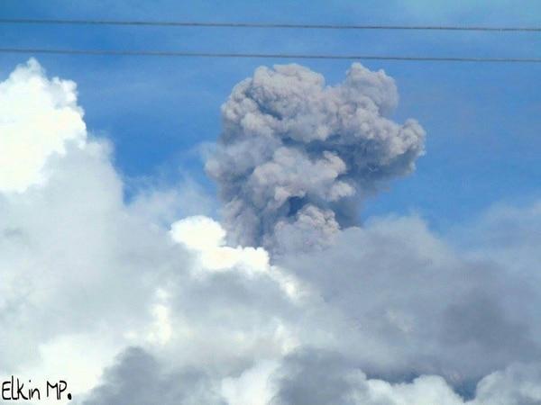 Elkin Miranda pudo captar más de la actividad del volcán desde Turrialba centro hoy a las 9:30 a.m. Esta región se caracteriza por su producción lechera, que podría verse afectada por la ceniza.