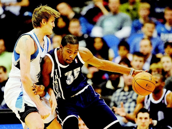 Kevin Durant (35), aquí marcado por el ruso Andrei Kirilenko, se mantiene como una de las grandes estrellas de la liga y comanda al Thunder, el equipo que más anota y más gana en lo que va de la temporada de la NBA. | AP