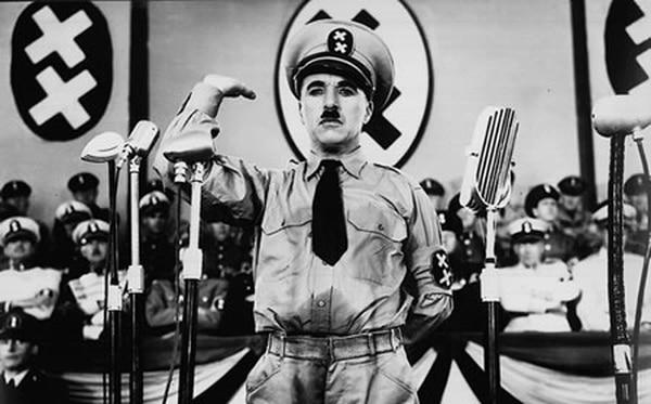 La cinta 'El gran dictador' (1940) obtuvo 5 nominaciones al Óscar. En el filme, Chaplin hace doble papel: parodia a Adolfo Hitler y encarna a un barbero judío.