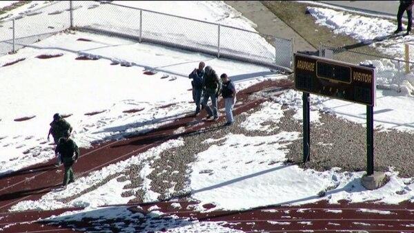 Las autoridades reportaron al menos a dos personas heridas durante un tiroteo en una escuela de Denver, Colorado, Estados Unidos. La imagen corresponde al inicio de la intervención de la policía en el centro educativo donde ocurre el hecho.
