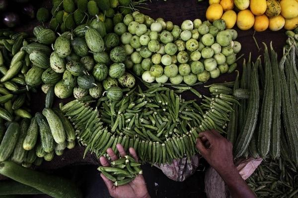 Un verdulero en Gauhati (India) expone la mercadería. | AP.