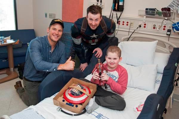 Carisma. Pratt y Evans (de derecha a izquierda) llevaron juguetes a los pequeños que están internados en Seattle. twitter.com/seattlechildren