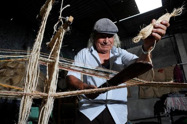 Juan Olivado Camacho trabajando en su taller, en El Guarco de Cartago. Foto Rafael Murillo