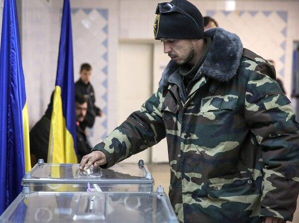 Un hombre vota en Kramatorsk cerca de Slaviansk
