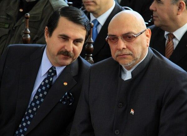 El entonces presidente de Paraguay, Fernando Lugo (der.), escuchaba al que fuere vicepresidente (ahora jefe de Estado), Federico Franco, durante una ceremonia en el Mausoleo de los Héroes en Asunción, en setiembre del 2010. Lugo fue destituido en junio del 2012.