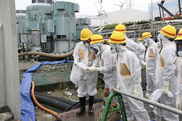 Imagen del 23 de agosto del 2013 y facilitada por la Autoridad de Regulación Nuclear (NRA, siglas en inglés) que muestra a miembros de la NRA inspeccionando la planta nuclear de Daiichi en Fukushima, Japón.