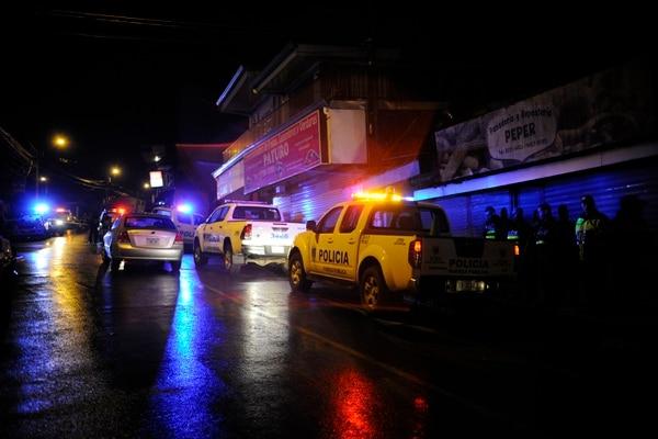El ataque se registró a las 8:59 p. m., 175 metros sur del Liceo de Coronado, informó la Cruz Roja. Sucedió menos de 24 horas después de un triple homicidio que ocurrió a 200 metros del lugar. Foto: Rafael Murillo.