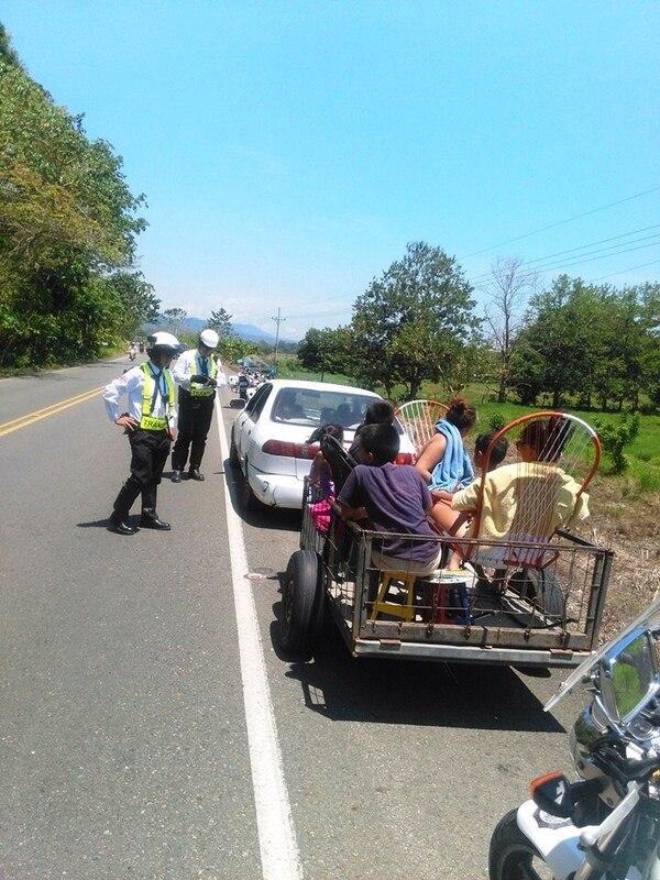La Policía de Tránsito detuvo este Viernes Santo en Matapalo de Quepos, un vehículo que remolcaba una carreta con cinco menores de edad y dos adultos.