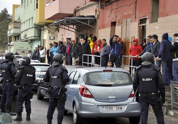 Policías españoles participan en una operación para capturar a miembros de una red islamista en la ciudad autónoma de Melilla. | AFP