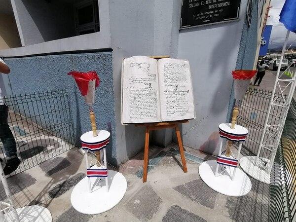 Una réplica del Acta de la Independencia estuvo en exhibición la mañana de este jueves, en la esquina donde se firmó la verdadera hace 199 años. Foto: Keyna Calderón