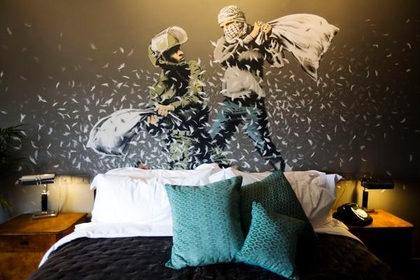 Esta pintura, que evoca un enfrentamiento entre un policía israelí y un palestino, decora una de las habitaciones del Hotel Walled Off en la ciudad de Belén.