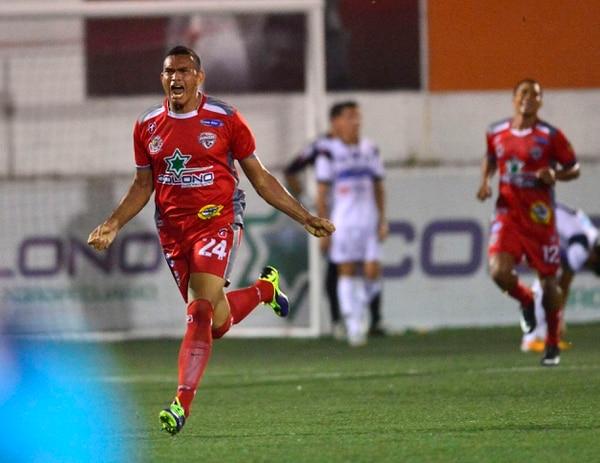 Cristhian Lagos celebró así el gol que le dio la victoria al Santos sobre Cartaginés.