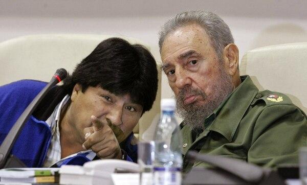 En esta imagen de archivo tomada el 30 de diciembre del 2005, el presidente boliviano, Evo Morales, señala a los estudiantes que participan en una reunión con el presidente cubano de ese entonces, Fidel Castro (qdDg). Foto: AFP