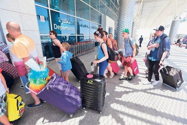 Turistas británicos hicieron fila ayer en el aeropuerto Enfidha, ubicado entre la capital de Túnez y Susa, luego de que el viernes fallecieran 38 personas en un atentado en el hotel Riu Imperial en Port El Kantaoui. | EFE