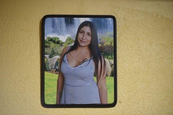 Rosmery Cordero afirma que le gustaría llenar una pared entera de su casa con fotos de Karolay en las que salga sonriendo, ya que así la recuerda, como una muchacha feliz. Foto: Carlos Gonzalez / Agencia Ojo por ojo