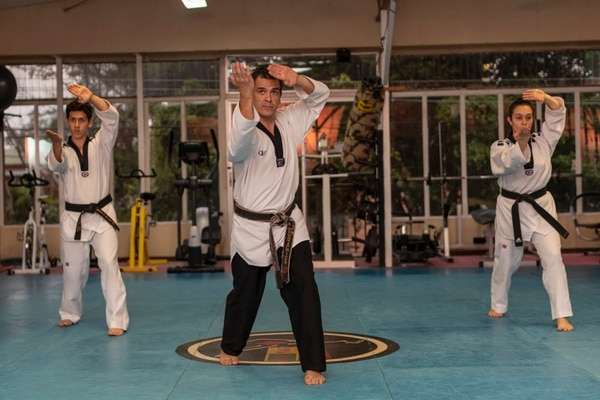 De izquierda a derecha, Esteban Bolaños, Ronald Bolaños y Camila Bolaños, padre e hijos, una de las familias costarricenses que heredaron la pasión por el Taekwondo. Fotografía José Cordero