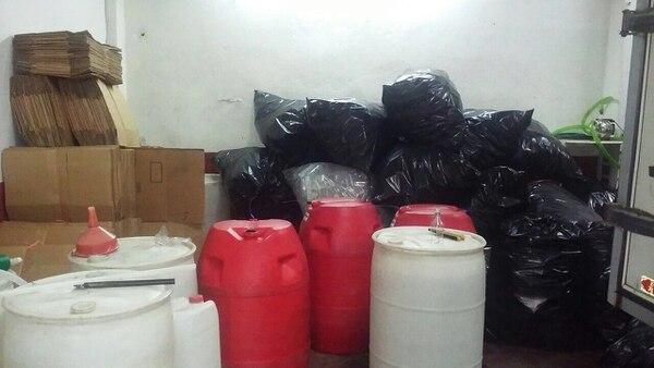 Indumentaria para la fabricación de licor adulterado en bodega en al Alto de Guadalupe