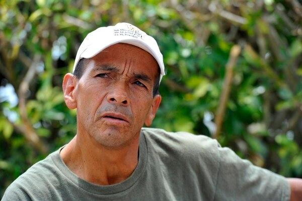 Agustían Hernández le pide ayuda a su hijo, de 12 años, cuando requiere leer y escribir.